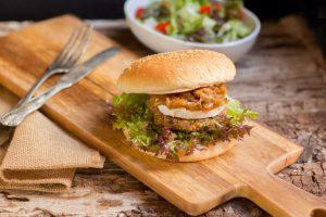 Deliciosas hamburguesas de soja, con zanahoria y semillas de sésamo