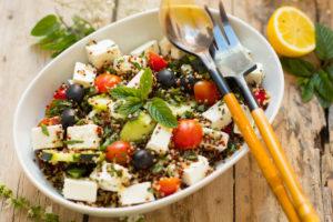 Ensalada al estilo griego con quinoa tricolor